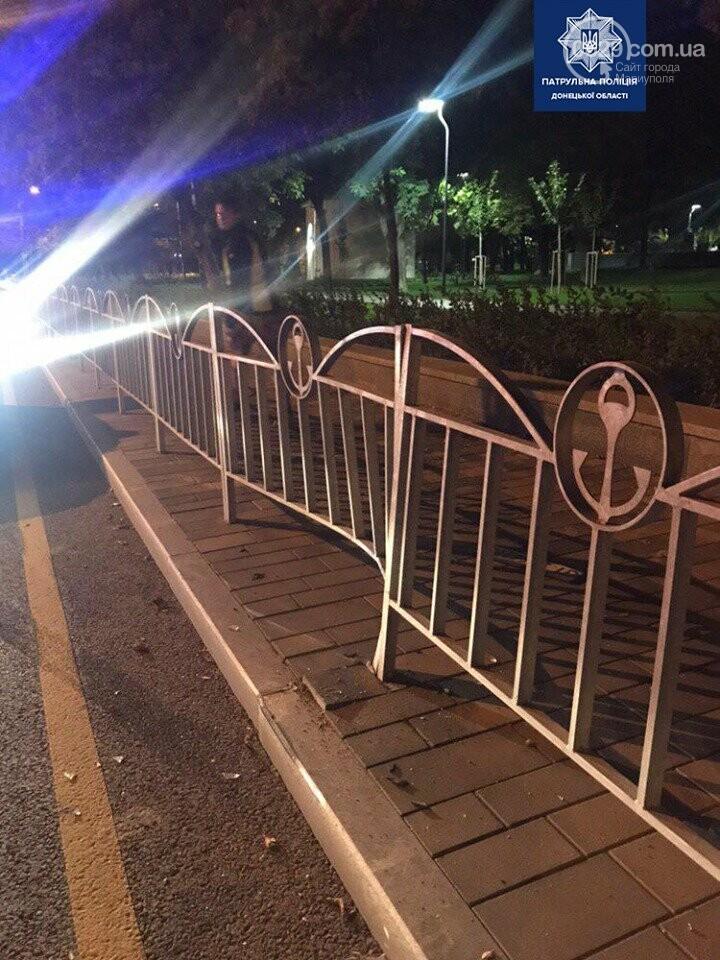 Мариупольцы протаранили забор возле театра, - ФОТО, фото-2