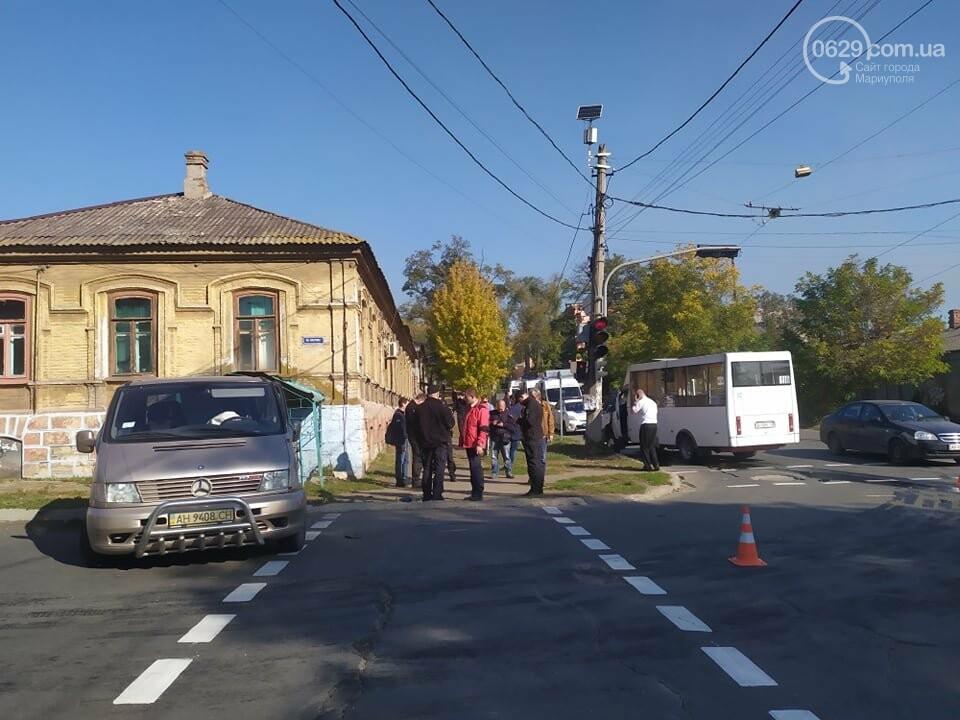 В центре Мариуполя столкнулись маршрутка и микроавтобус, пострадали люди, - ФОТО, фото-10