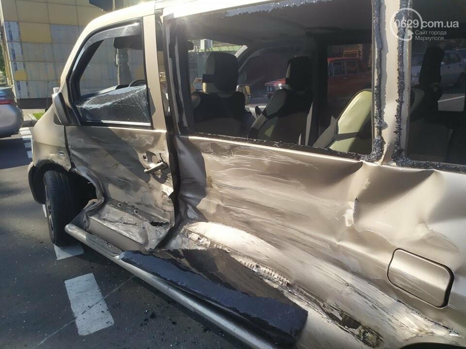 В центре Мариуполя столкнулись маршрутка и микроавтобус, пострадали люди, - ФОТО, фото-5