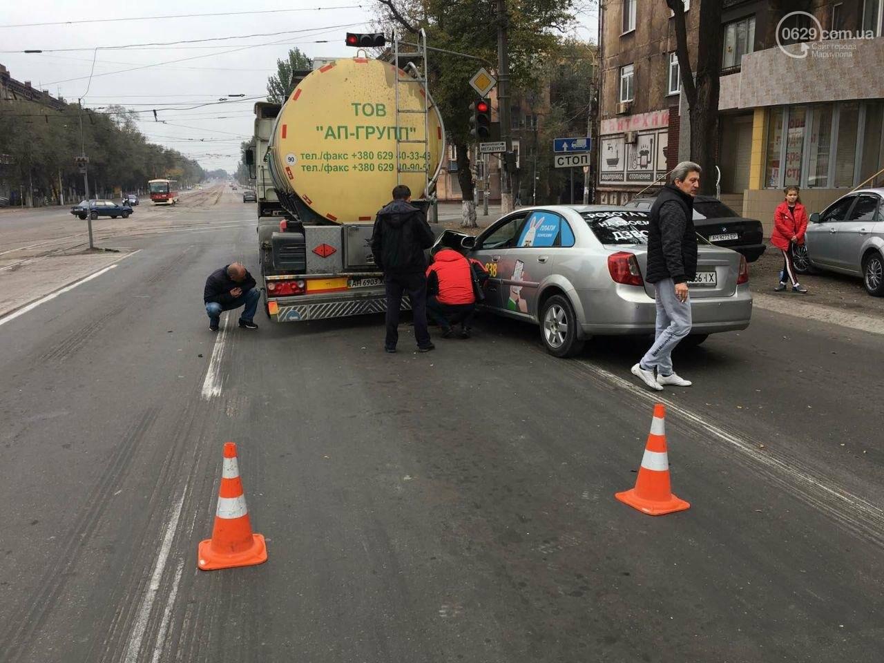 В Мариуполе такси врезалось в фуру с маслом, - ФОТО, фото-1