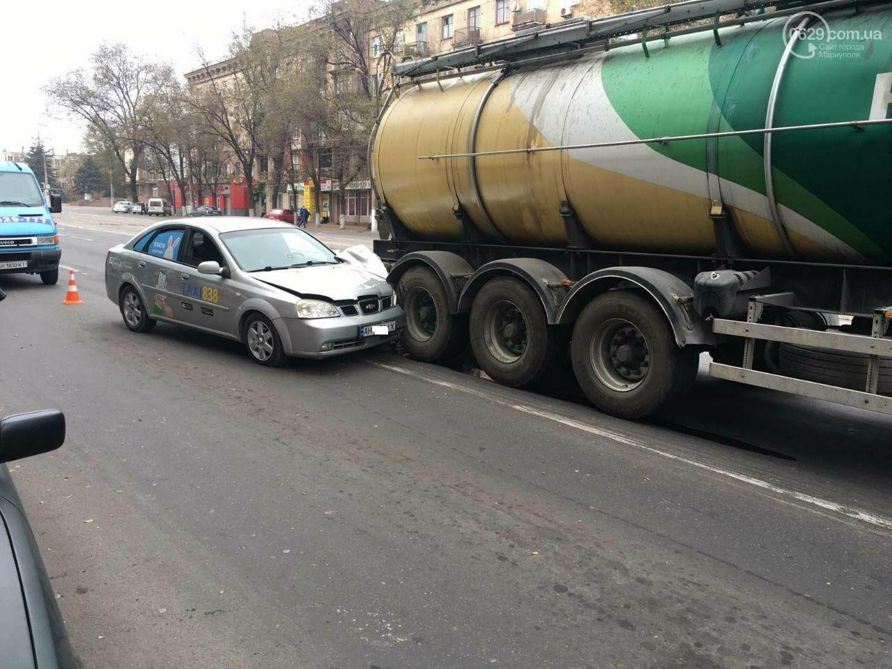 В Мариуполе такси врезалось в фуру с маслом, - ФОТО, фото-2