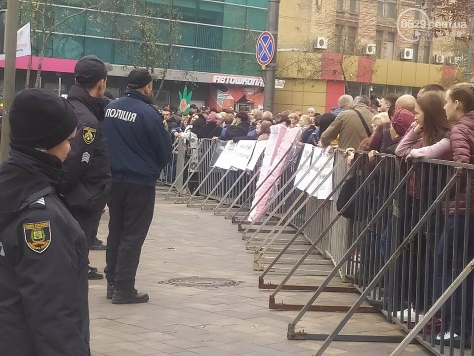 Мариупольцы принесли на инвестиционный форум розовый гроб,- ФОТО, фото-2