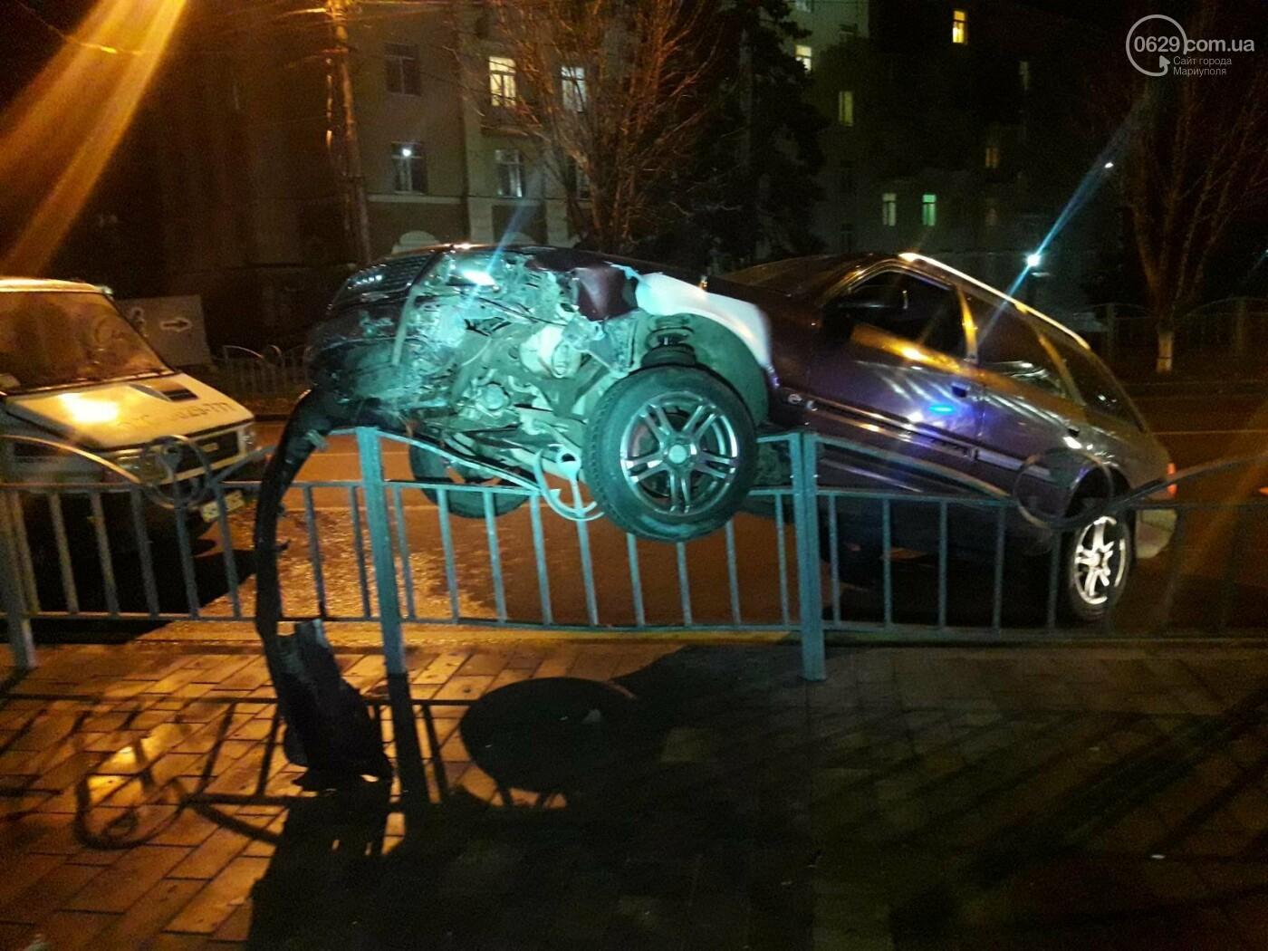 """В Мариуполе """"Ауди"""" влетела в забор Театрального сквера и застряла, - ФОТО, фото-2"""