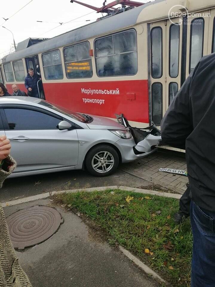 Мариуполец на легковом автомобиле протаранил трамвай, - ФОТО, фото-1
