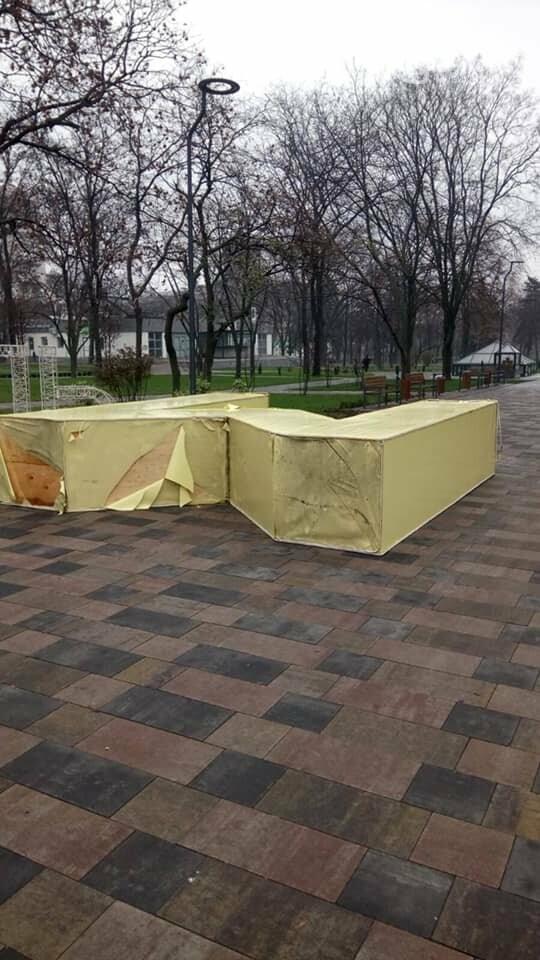 """Буква """"М""""  в центре Мариуполя рухнула в нескольких метрах от прохожих,- ФОТО, фото-1"""
