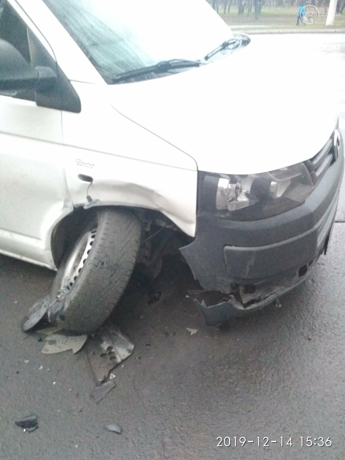В Мариуполе столкнулись легковушка и микроавтобус. Трое человек пострадали, - ФОТО, фото-1