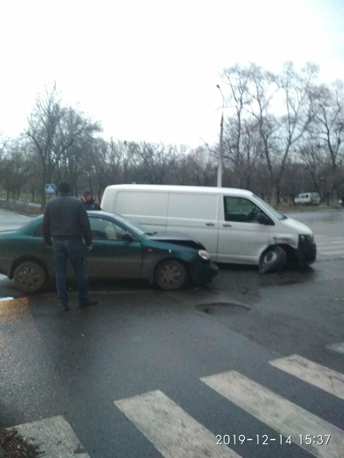В Мариуполе столкнулись легковушка и микроавтобус. Трое человек пострадали, - ФОТО, фото-4
