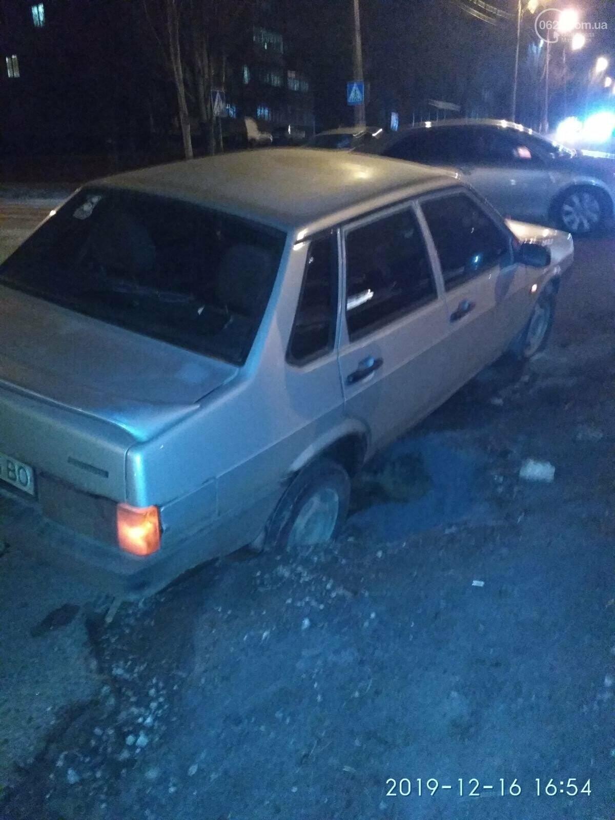 В Мариуполе машина провалилась под асфальт, - ФОТО, фото-1