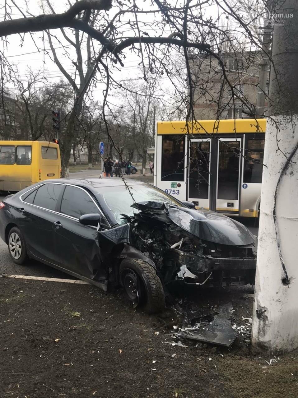 В Мариуполе еще один автомобиль влетел в столб, - ФОТО, фото-1