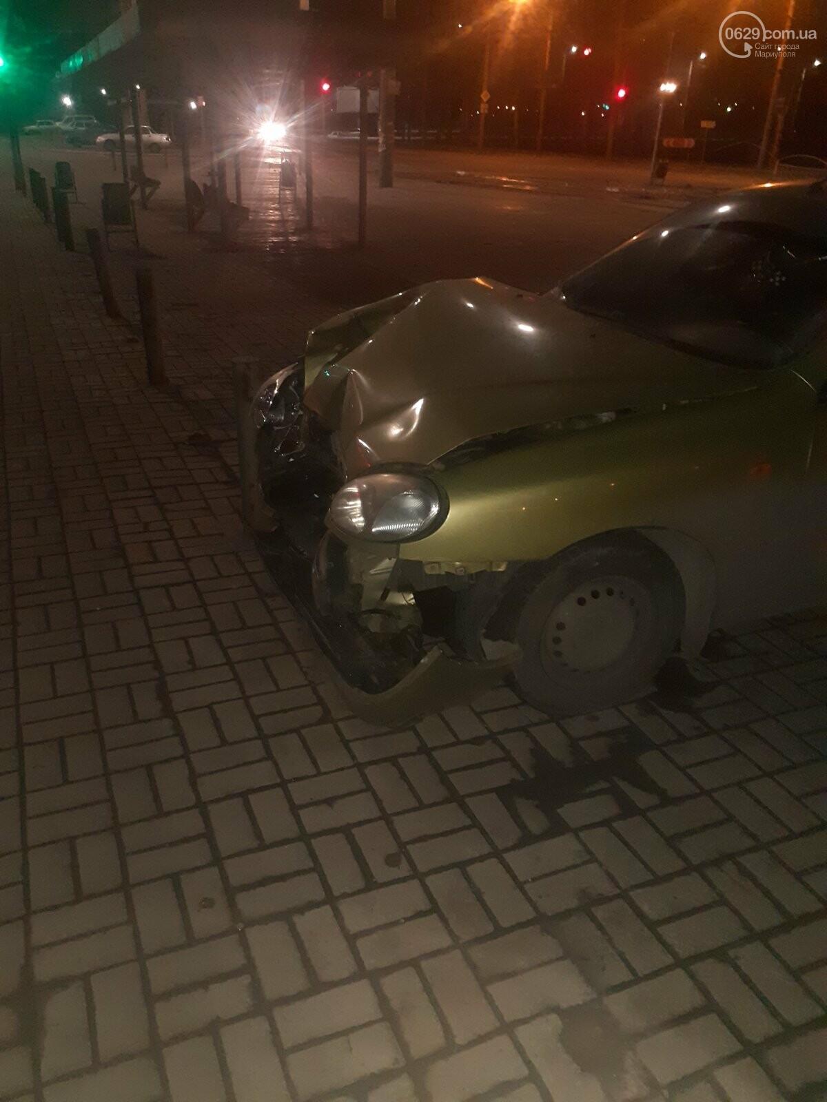 """В Мариуполе пьяная женщина на """"Ланосе"""" снесла ограждение на ул. Набережной, -  ФОТО, фото-1"""