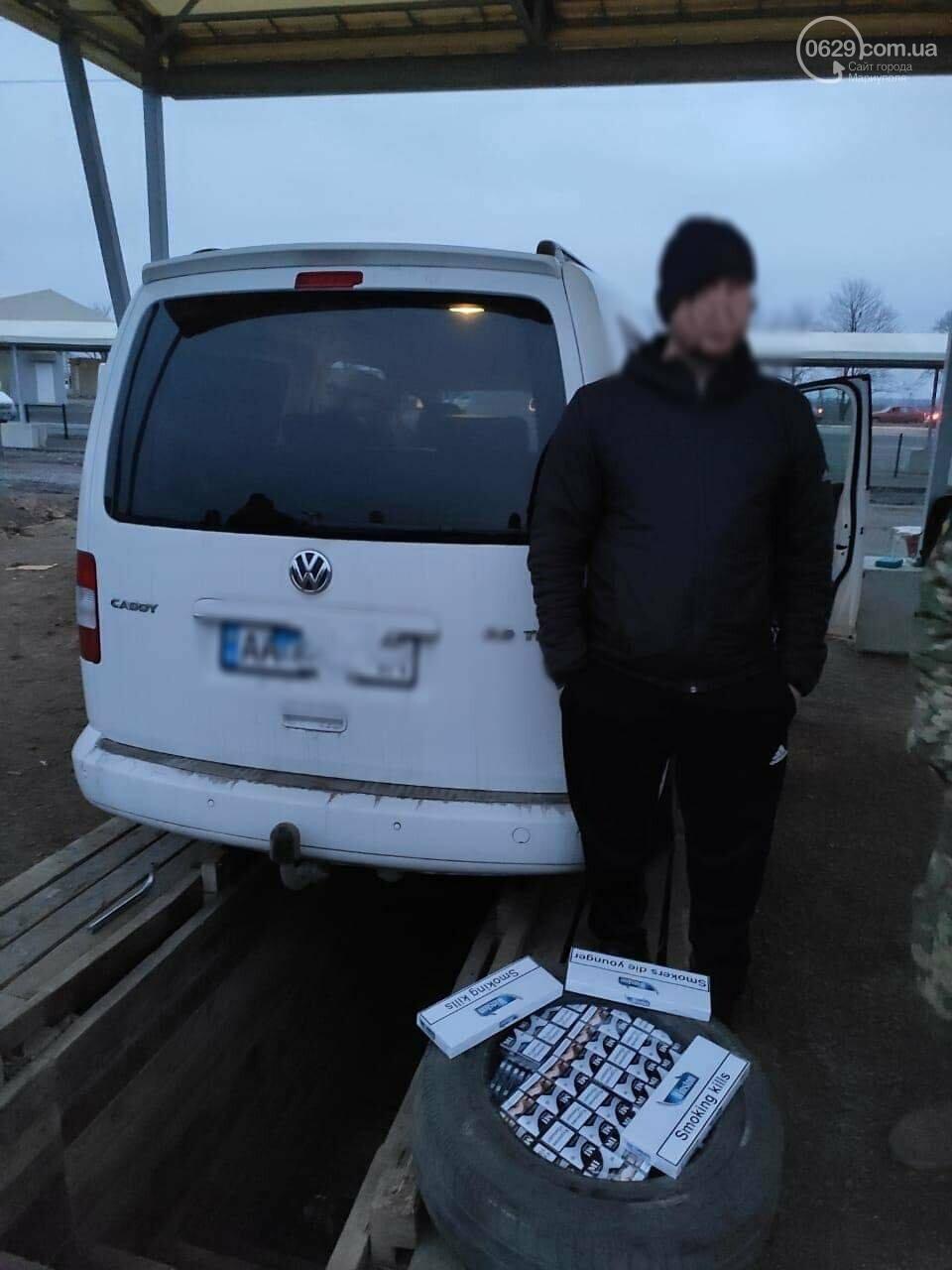 """На КПВВ под Мариуполем мужчина """"накачал"""" колесо 590 пачками сигарет, - ФОТО, фото-5"""