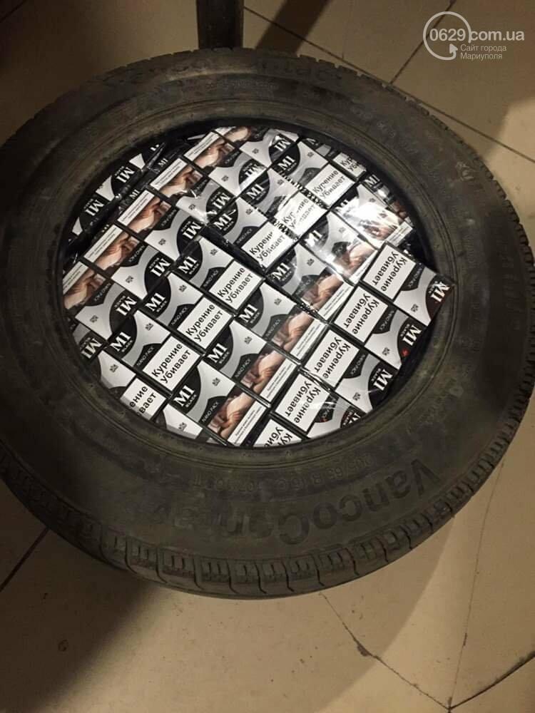 """На КПВВ под Мариуполем мужчина """"накачал"""" колесо 590 пачками сигарет, - ФОТО, фото-1"""