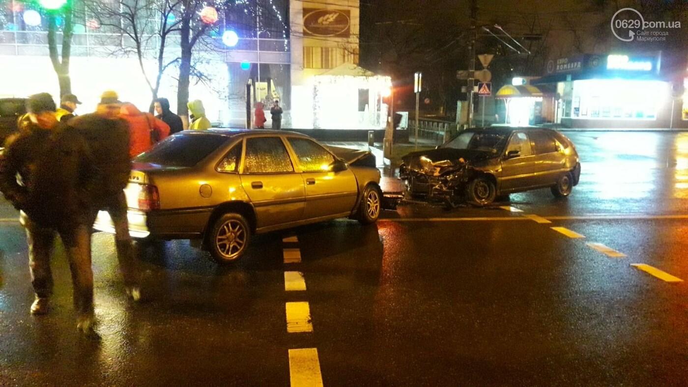 """В центре Мариуполя столкнулись две иномарки. Пострадал водитель """"Опеля"""", - ФОТО, фото-3"""