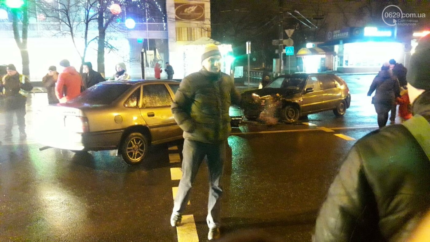"""В центре Мариуполя столкнулись две иномарки. Пострадал водитель """"Опеля"""", - ФОТО, фото-2"""