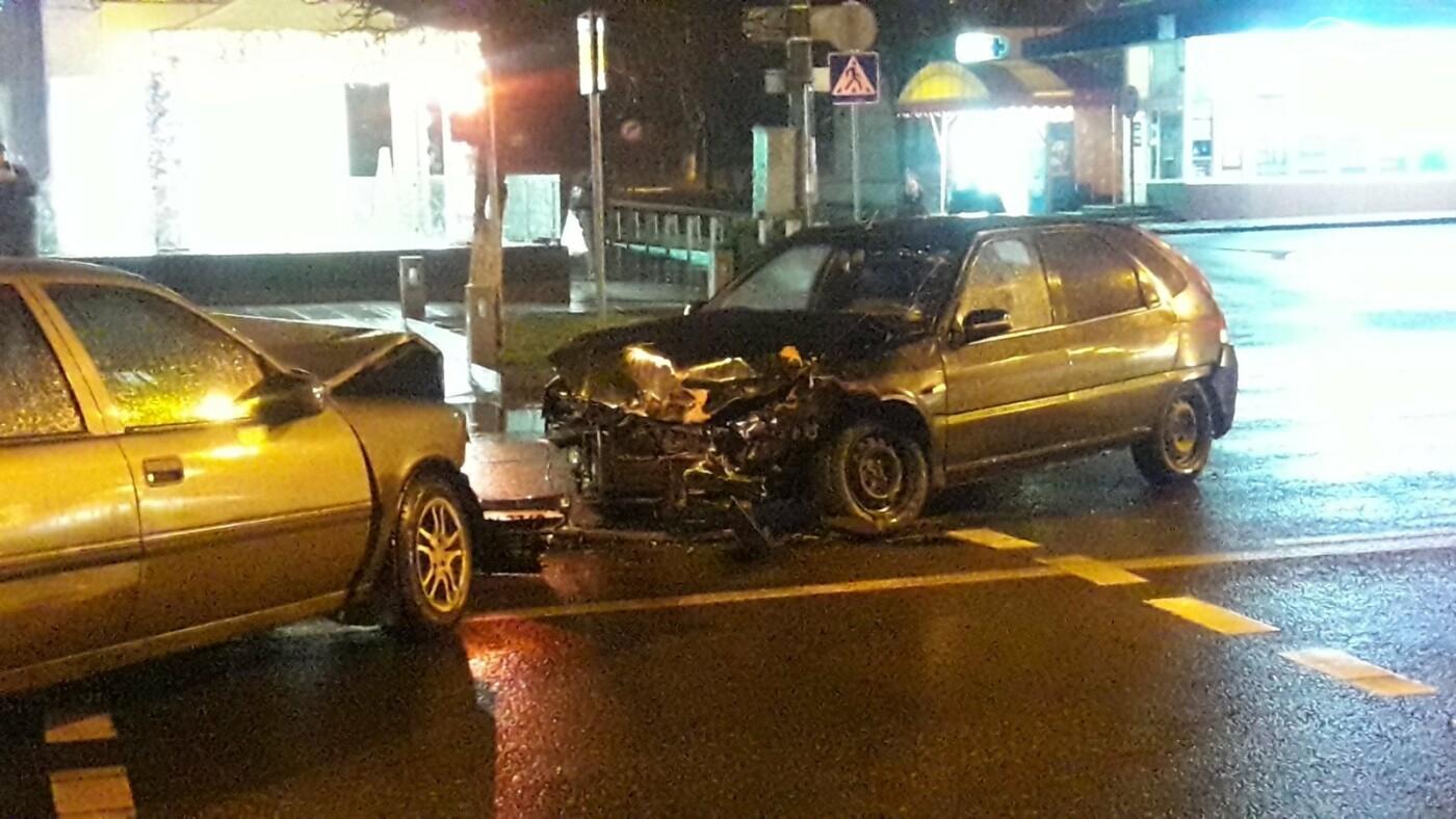 """В центре Мариуполя столкнулись две иномарки. Пострадал водитель """"Опеля"""", - ФОТО, фото-1"""