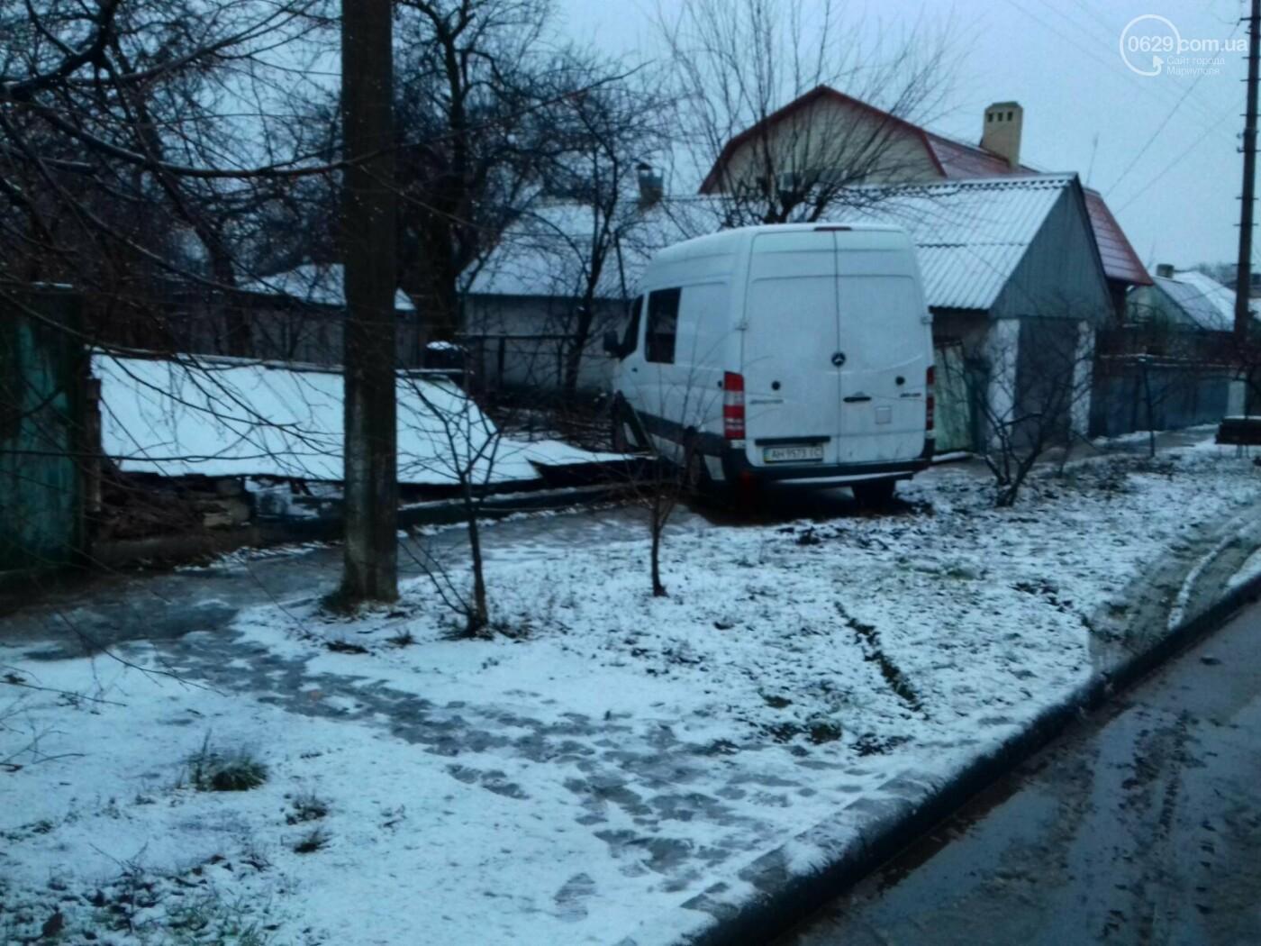 На Левобережье Мариуполя микроавтобус врезался в забор жилого дома, - ФОТО, фото-4