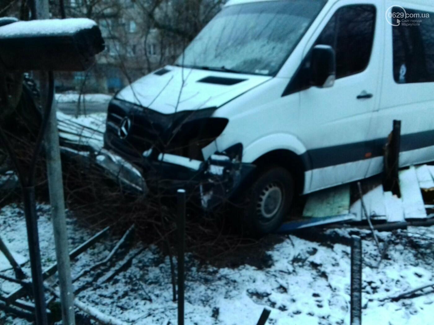 На Левобережье Мариуполя микроавтобус врезался в забор жилого дома, - ФОТО, фото-2