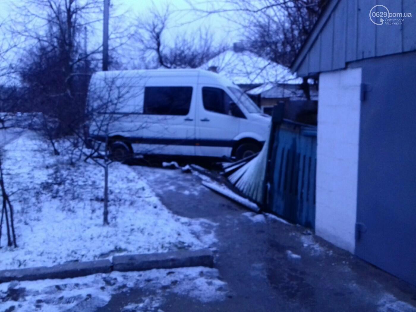 На Левобережье Мариуполя микроавтобус врезался в забор жилого дома, - ФОТО, фото-6