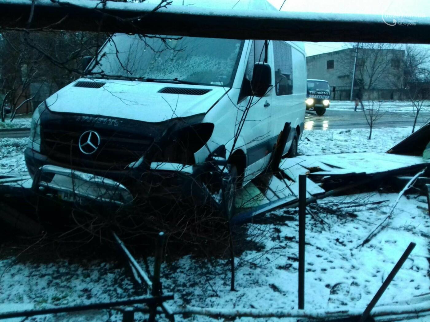 На Левобережье Мариуполя микроавтобус врезался в забор жилого дома, - ФОТО, фото-3