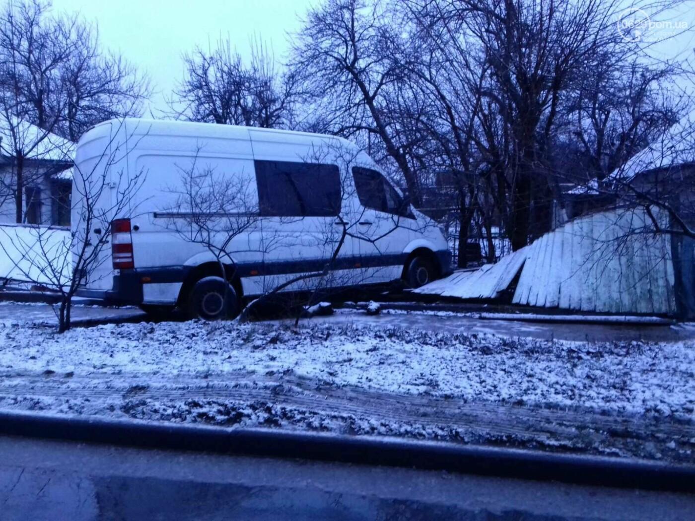 На Левобережье Мариуполя микроавтобус врезался в забор жилого дома, - ФОТО, фото-5