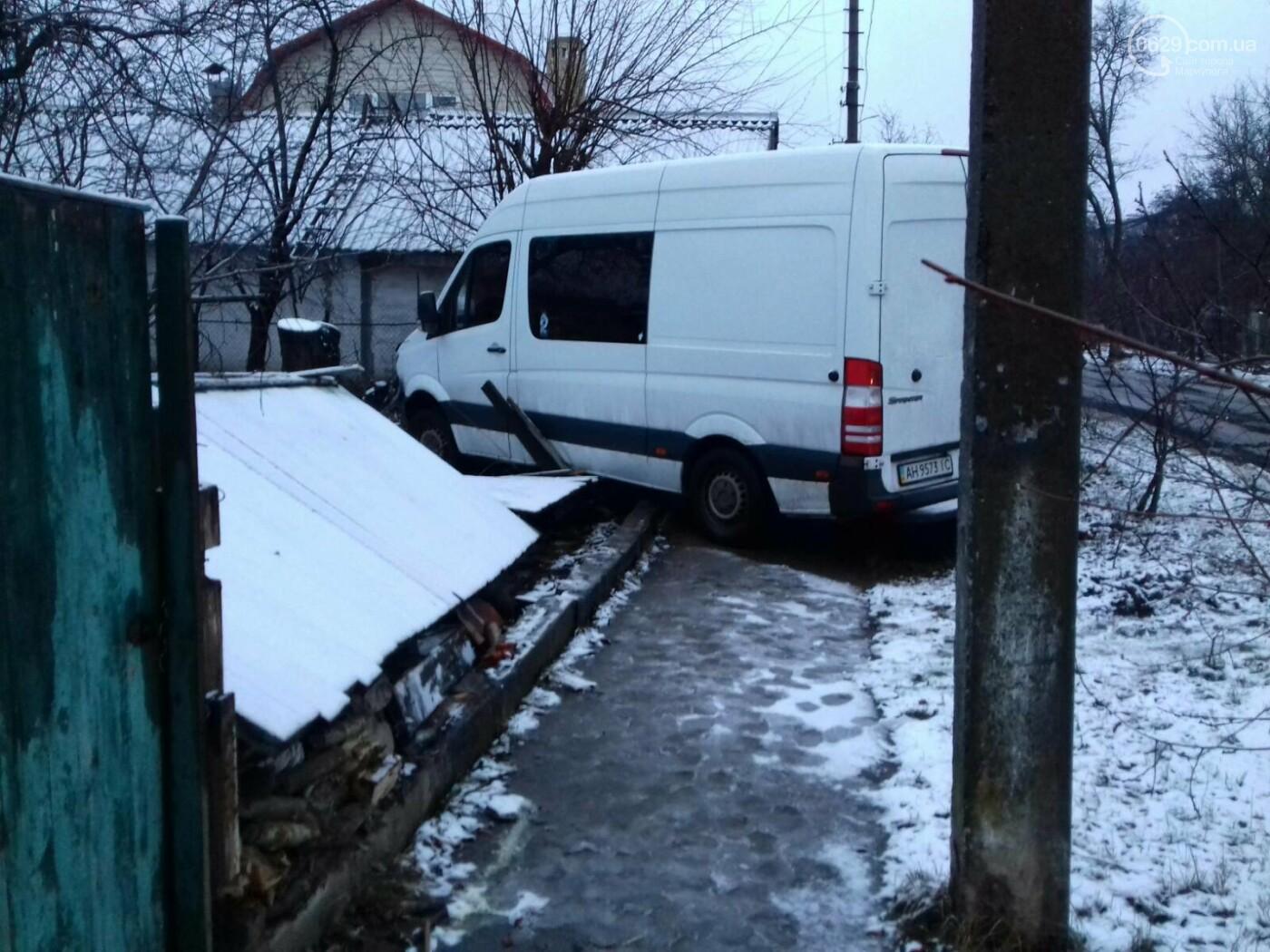 На Левобережье Мариуполя микроавтобус врезался в забор жилого дома, - ФОТО, фото-1