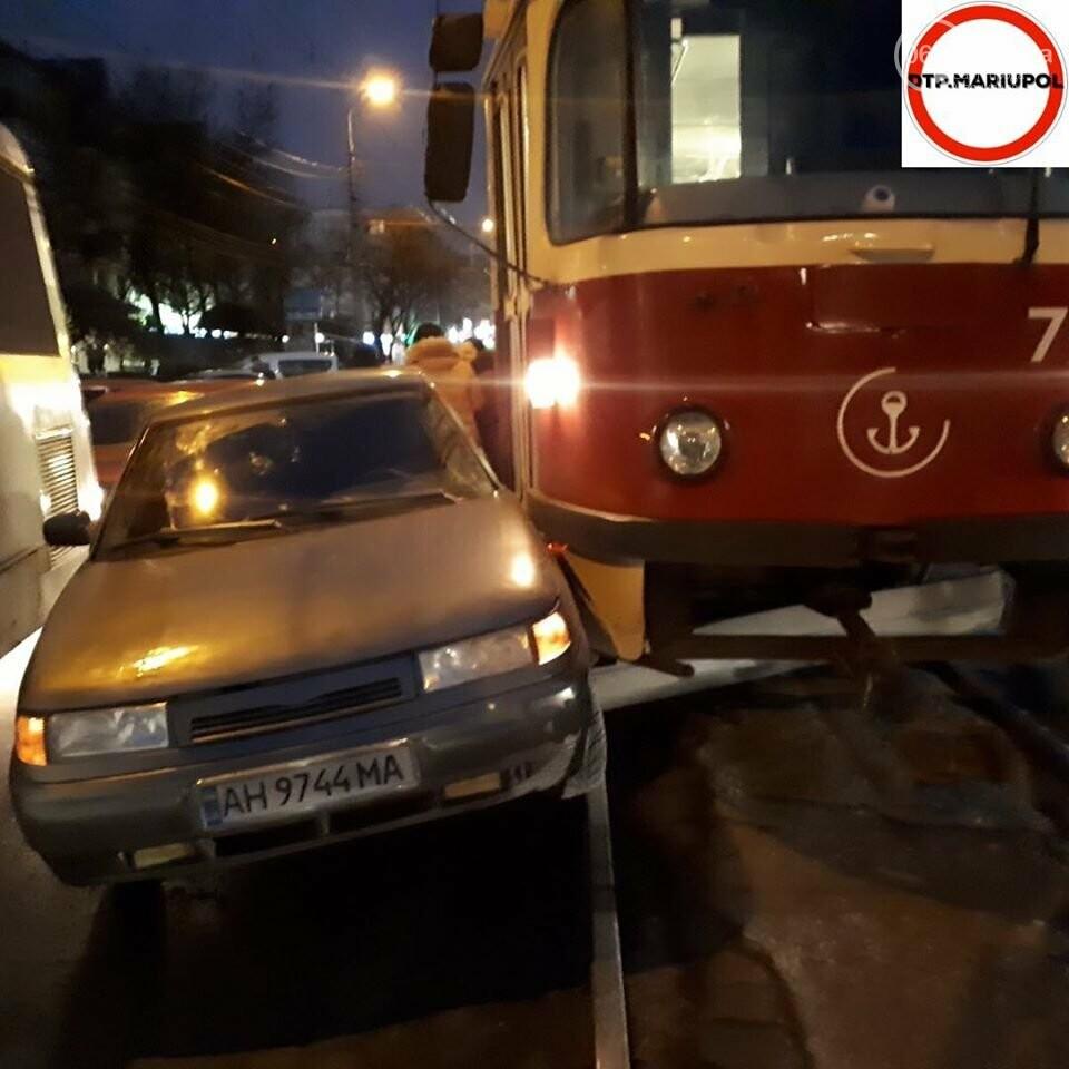 В Мариуполе дорогу не поделили трамвай и легковой автомобиль,- ФОТО, фото-1