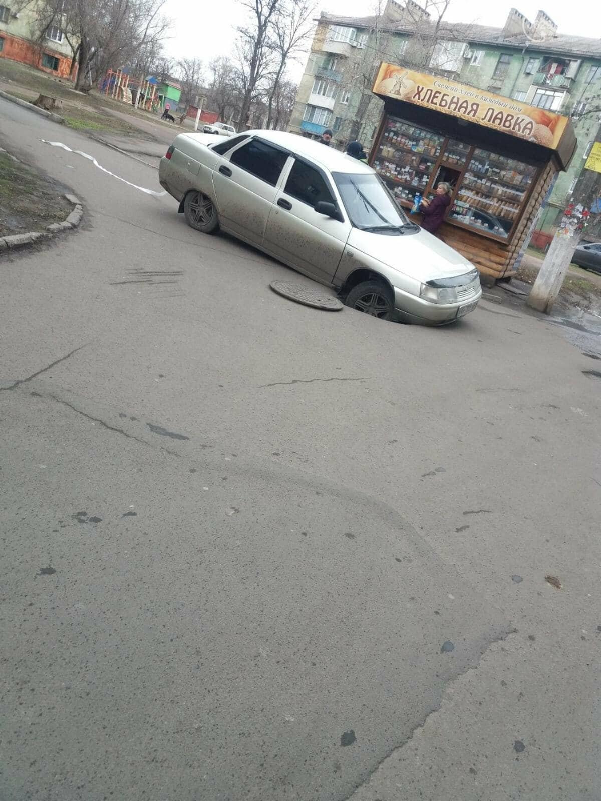 В Мариуполе легковушка провалилась в люк, - ФОТОФАКТ, фото-1