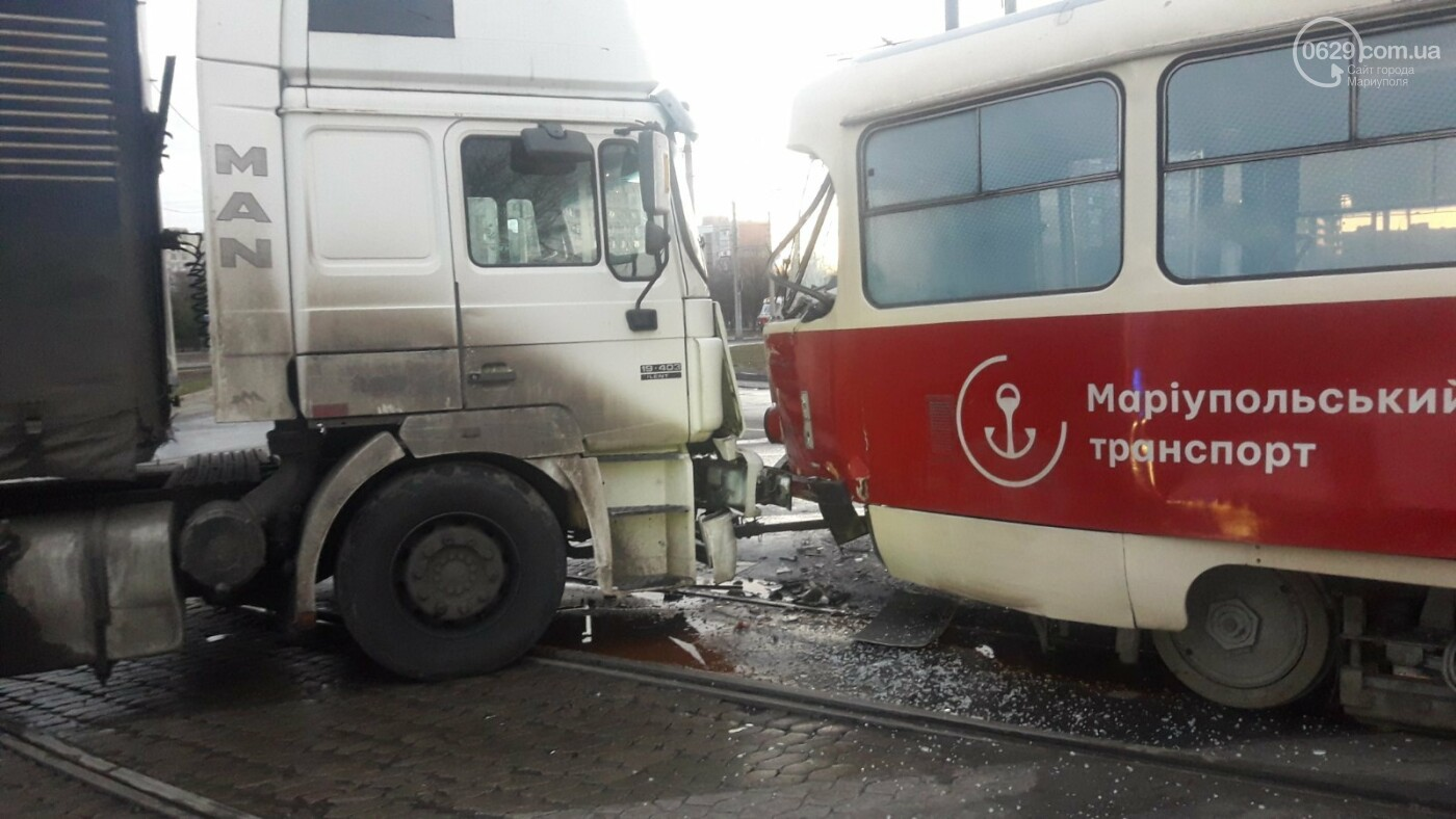 В Мариуполе трамвай столкнулся с фурой, - ФОТО, ВИДЕО, фото-1