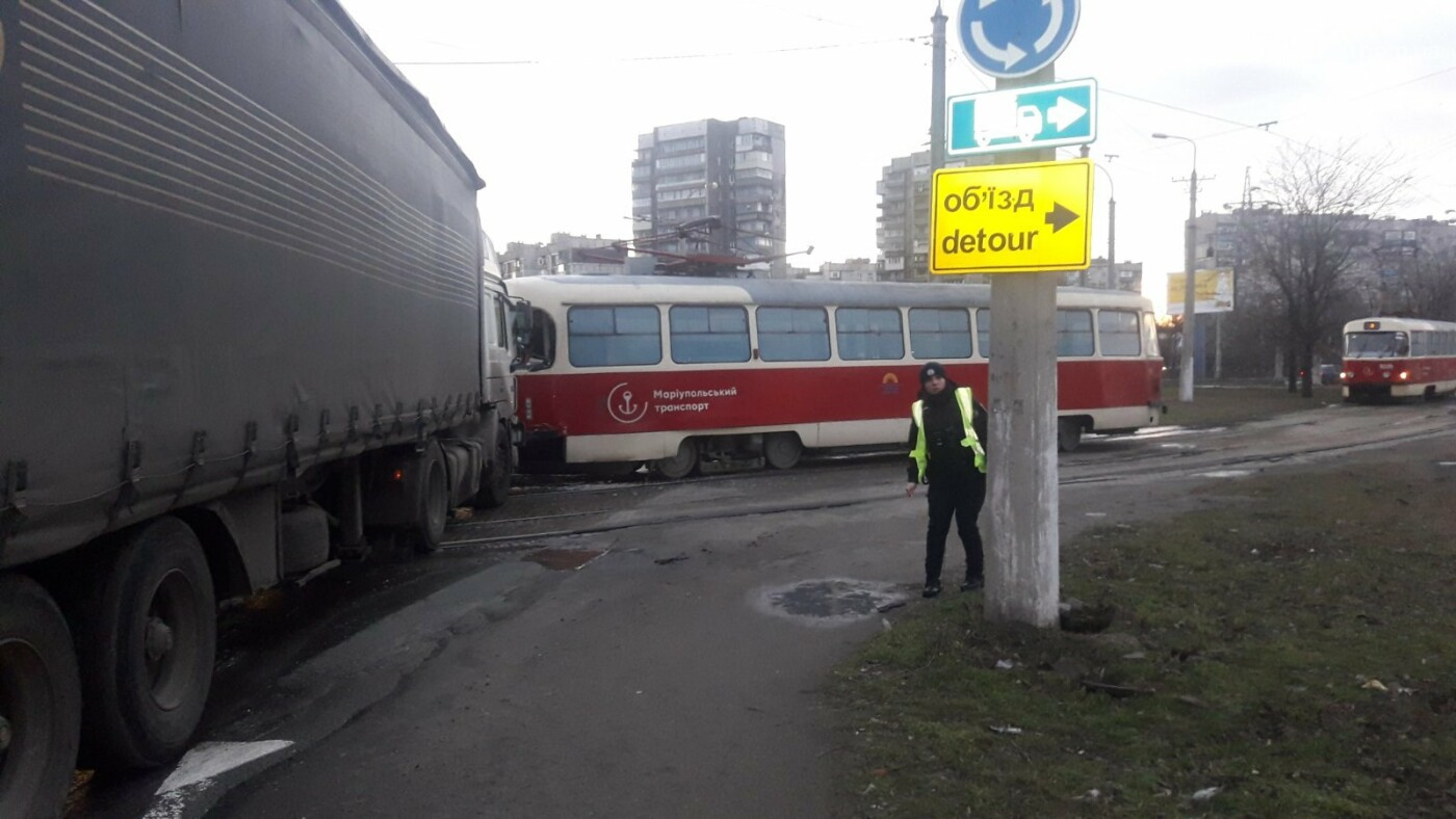 В Мариуполе трамвай столкнулся с фурой, - ФОТО, ВИДЕО, фото-2