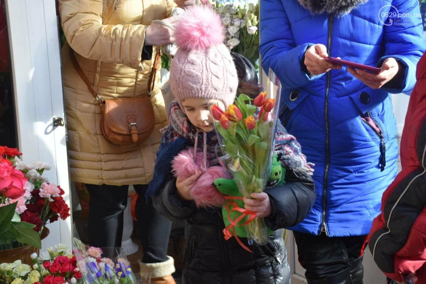 День Святого Валентина в Мариуполе: цветы, шары и мужчины-романтики, - ФОТОРЕПОРТАЖ, фото-33