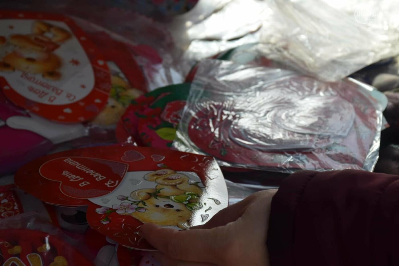 День Святого Валентина в Мариуполе: цветы, шары и мужчины-романтики, - ФОТОРЕПОРТАЖ, фото-16