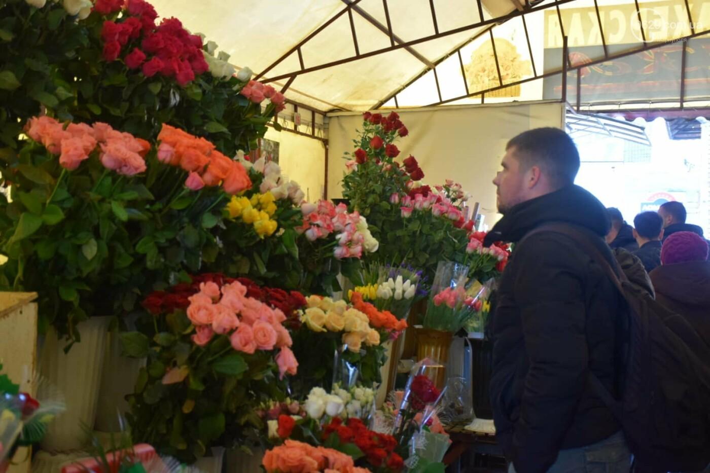 День Святого Валентина в Мариуполе: цветы, шары и мужчины-романтики, - ФОТОРЕПОРТАЖ, фото-9
