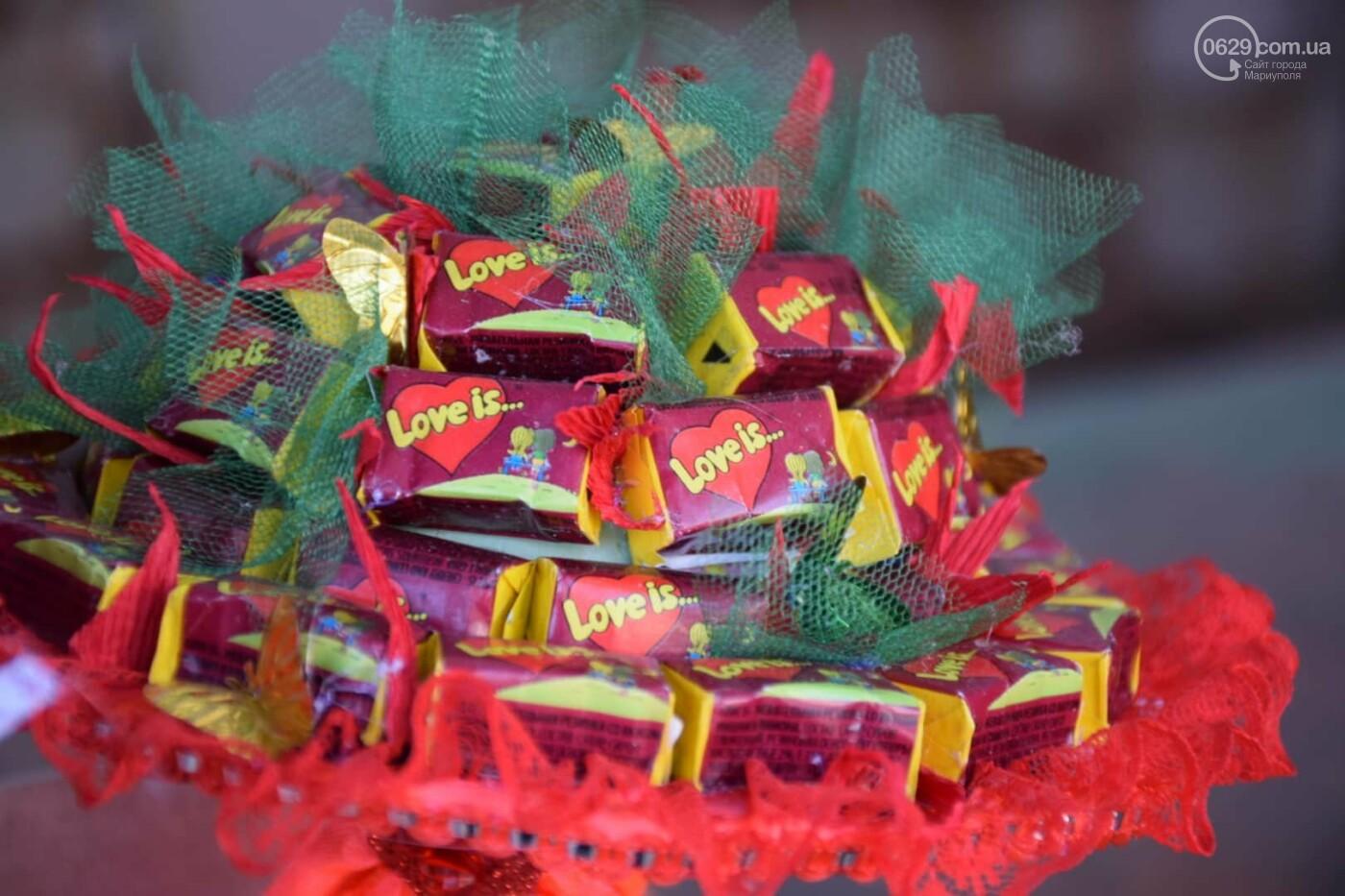 День Святого Валентина в Мариуполе: цветы, шары и мужчины-романтики, - ФОТОРЕПОРТАЖ, фото-19