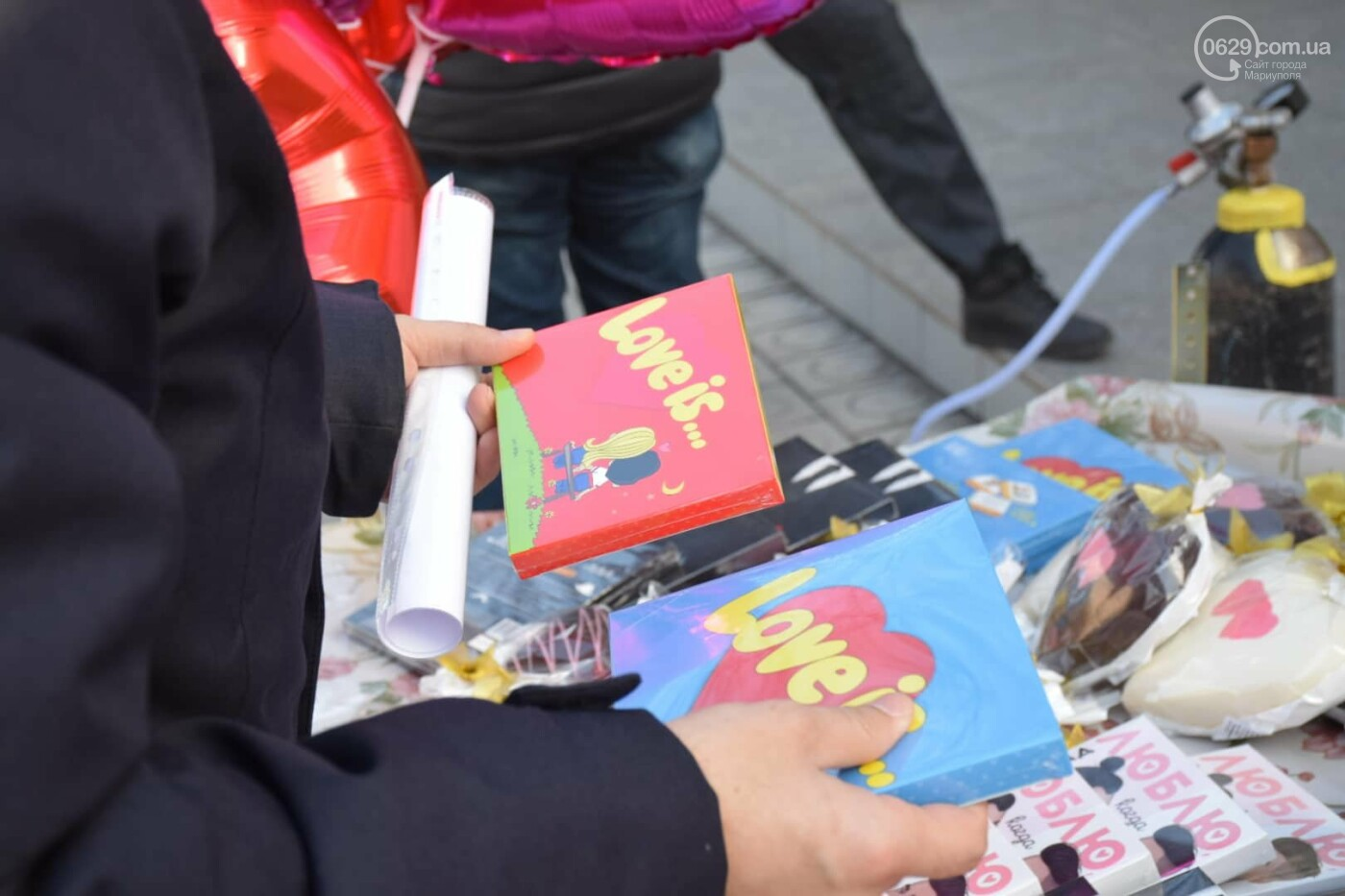 День Святого Валентина в Мариуполе: цветы, шары и мужчины-романтики, - ФОТОРЕПОРТАЖ, фото-21