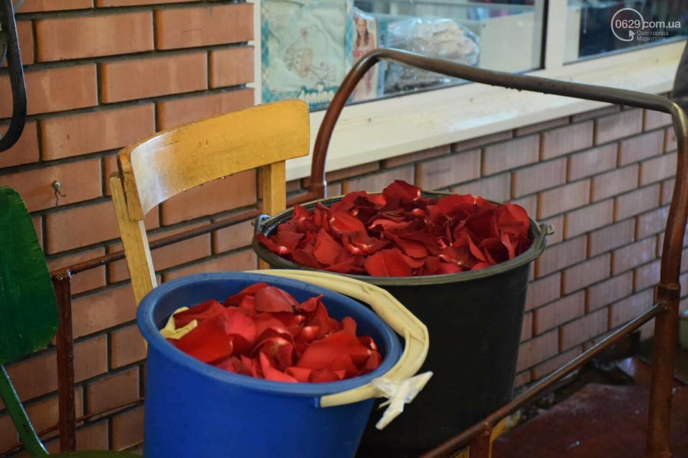 День Святого Валентина в Мариуполе: цветы, шары и мужчины-романтики, - ФОТОРЕПОРТАЖ, фото-18