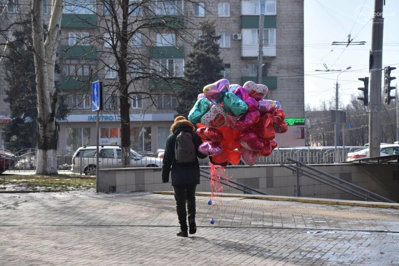 День Святого Валентина в Мариуполе: цветы, шары и мужчины-романтики, - ФОТОРЕПОРТАЖ, фото-1