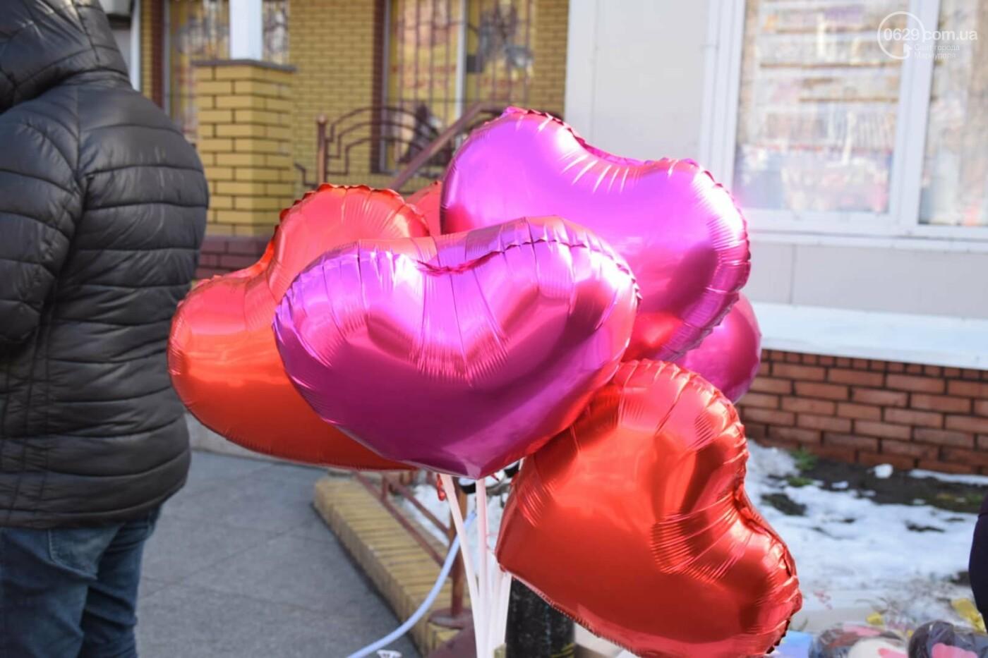 День Святого Валентина в Мариуполе: цветы, шары и мужчины-романтики, - ФОТОРЕПОРТАЖ, фото-31
