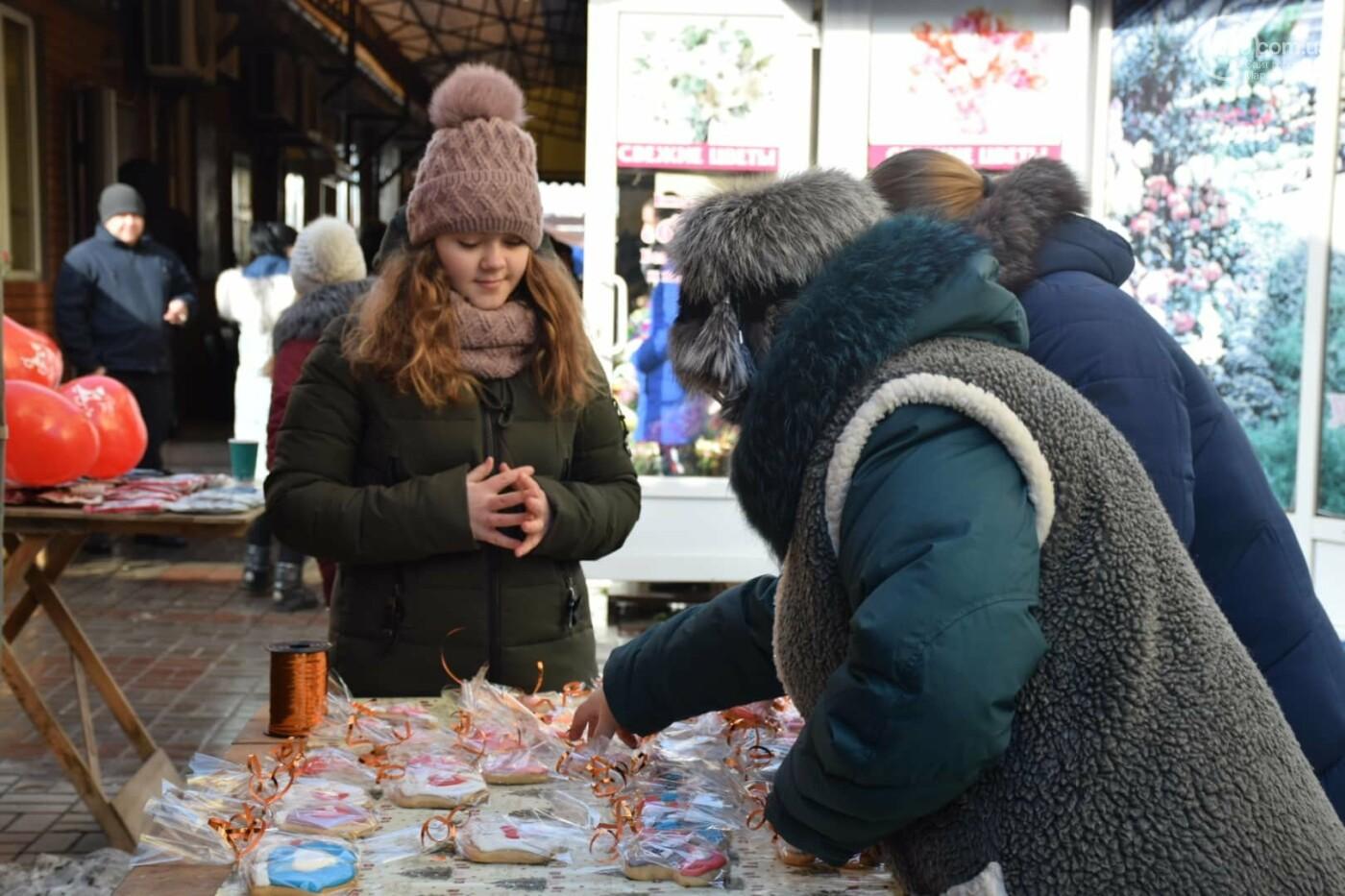 День Святого Валентина в Мариуполе: цветы, шары и мужчины-романтики, - ФОТОРЕПОРТАЖ, фото-26