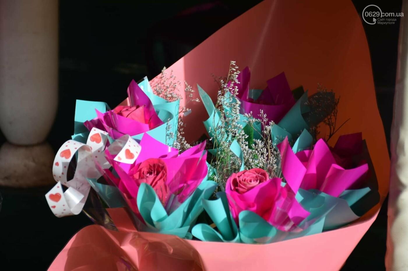 День Святого Валентина в Мариуполе: цветы, шары и мужчины-романтики, - ФОТОРЕПОРТАЖ, фото-7