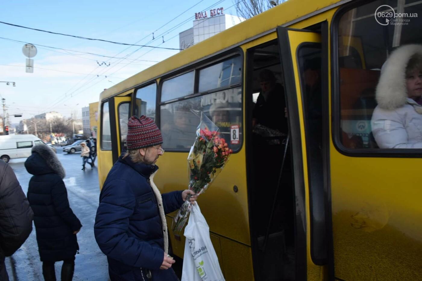 День Святого Валентина в Мариуполе: цветы, шары и мужчины-романтики, - ФОТОРЕПОРТАЖ, фото-29