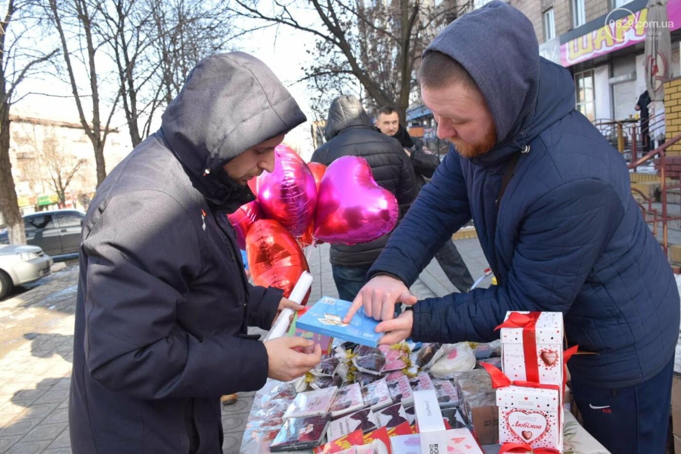 День Святого Валентина в Мариуполе: цветы, шары и мужчины-романтики, - ФОТОРЕПОРТАЖ, фото-20