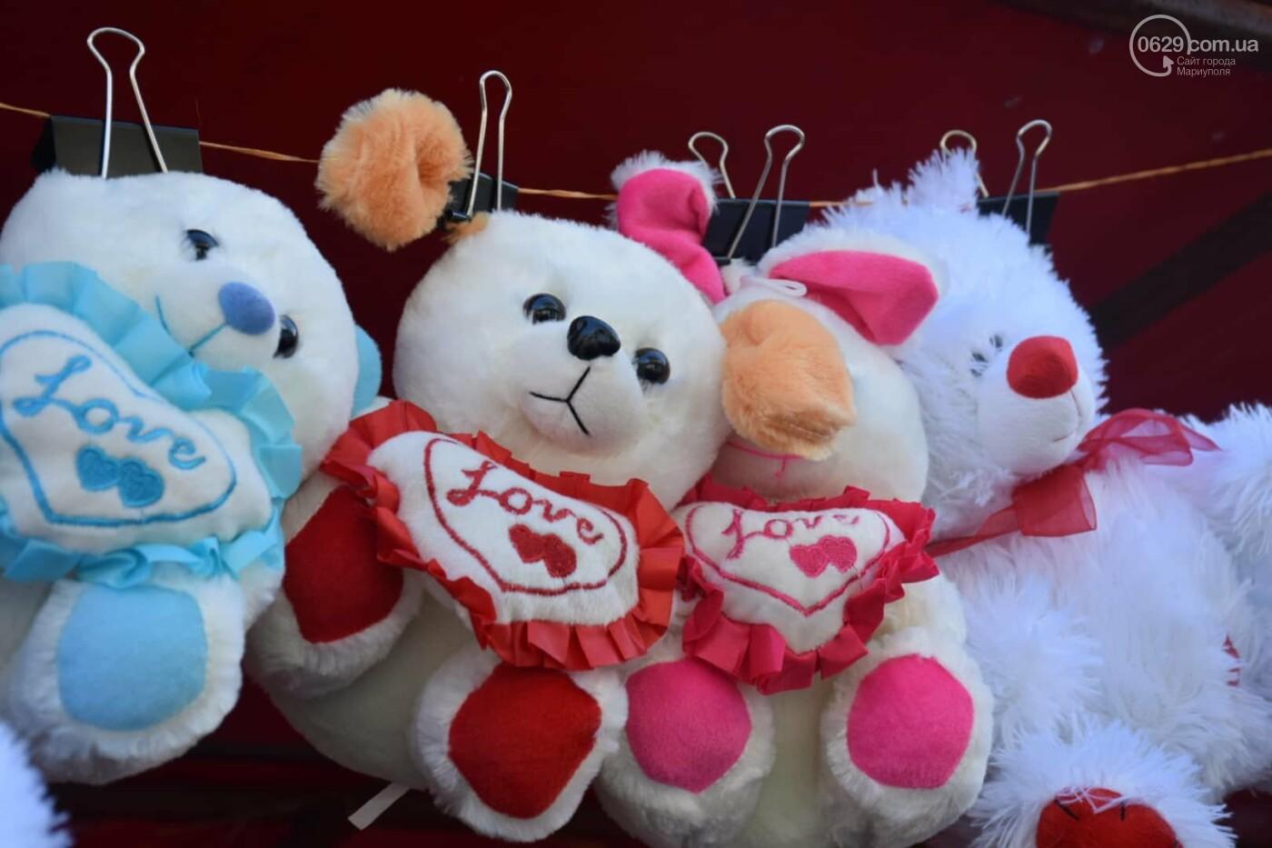 День Святого Валентина в Мариуполе: цветы, шары и мужчины-романтики, - ФОТОРЕПОРТАЖ, фото-17