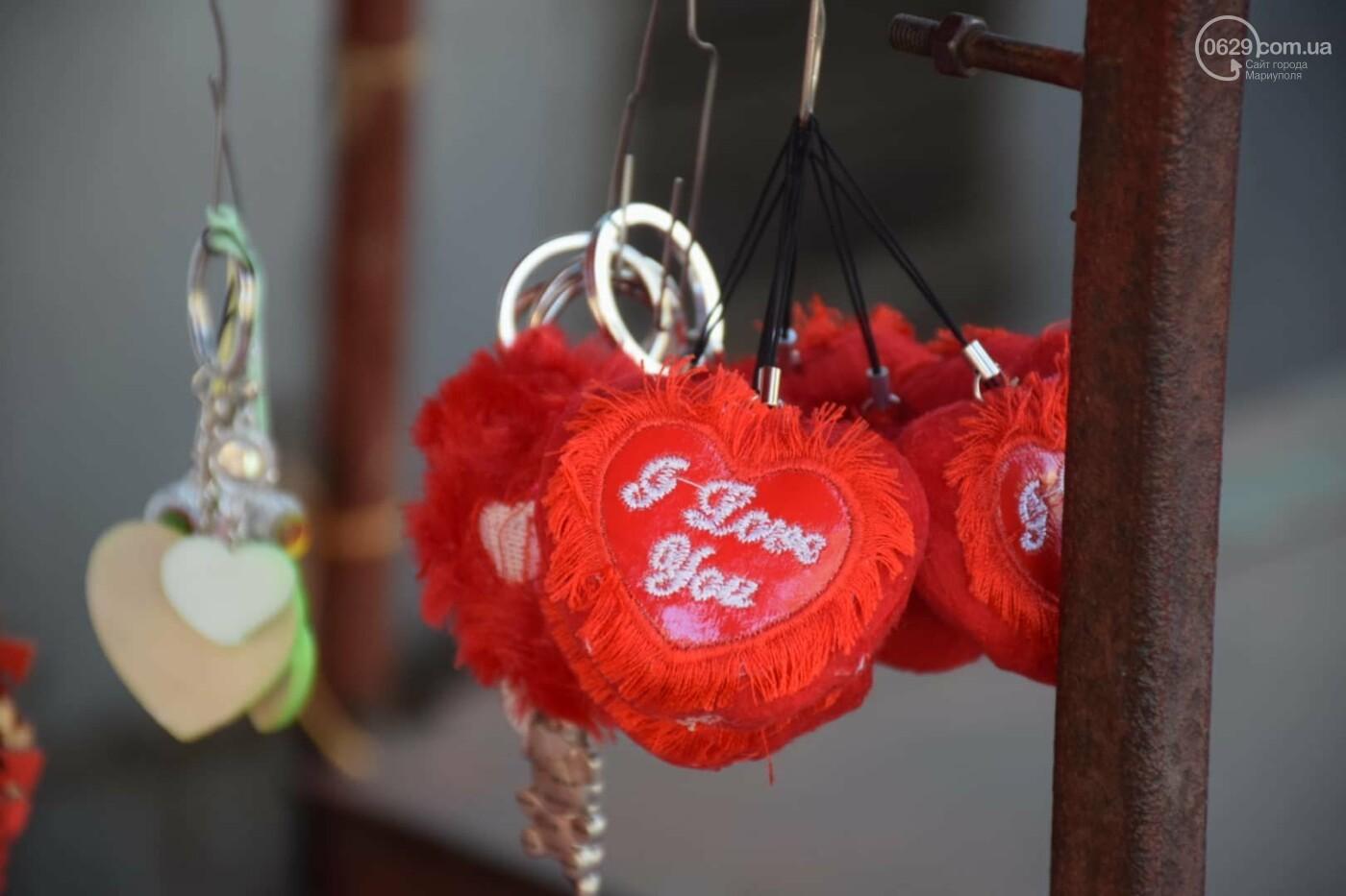 День Святого Валентина в Мариуполе: цветы, шары и мужчины-романтики, - ФОТОРЕПОРТАЖ, фото-30