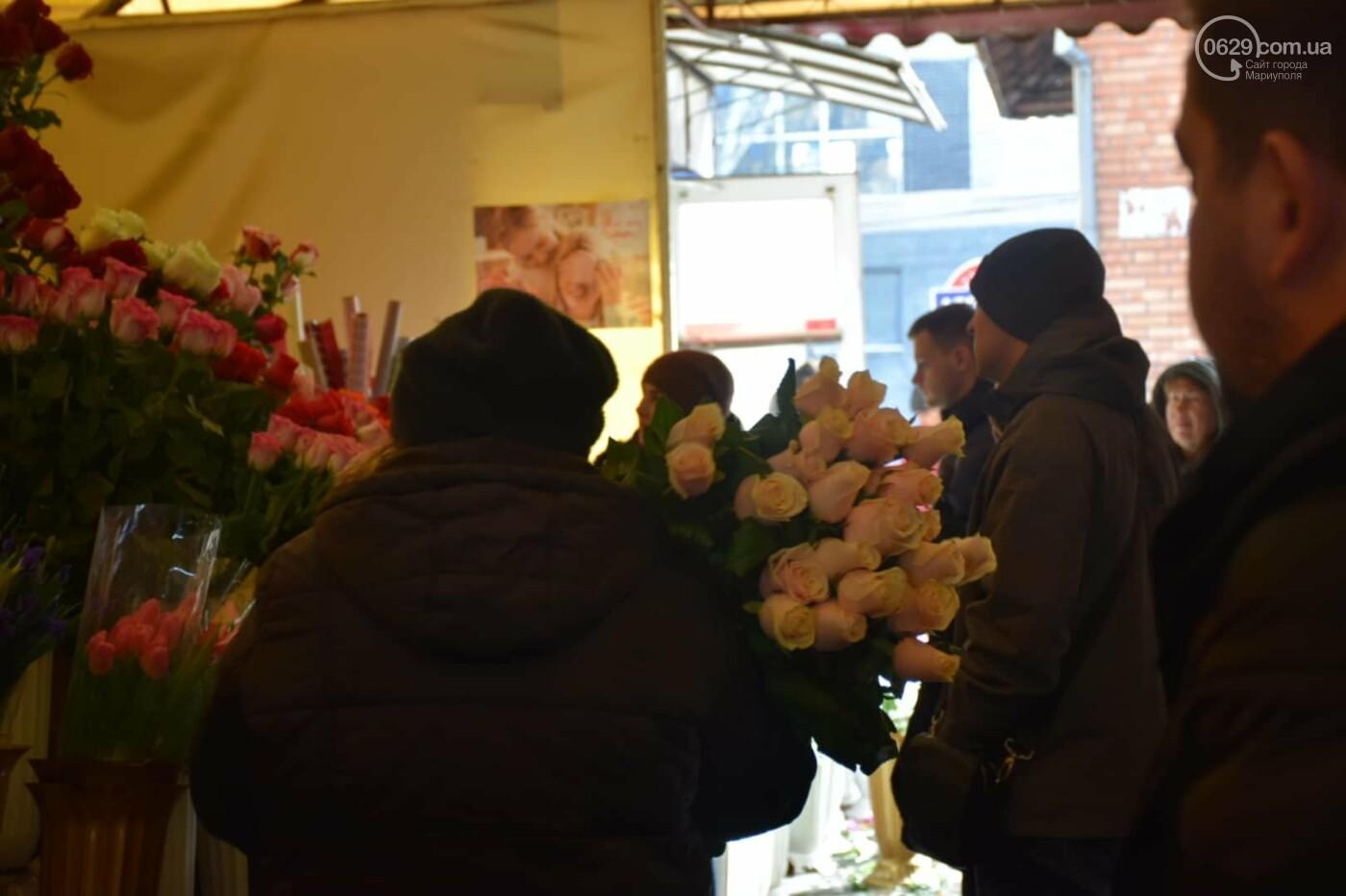 День Святого Валентина в Мариуполе: цветы, шары и мужчины-романтики, - ФОТОРЕПОРТАЖ, фото-3