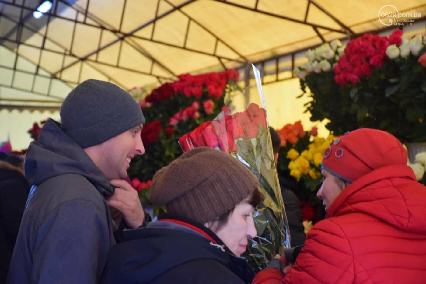 День Святого Валентина в Мариуполе: цветы, шары и мужчины-романтики, - ФОТОРЕПОРТАЖ, фото-4