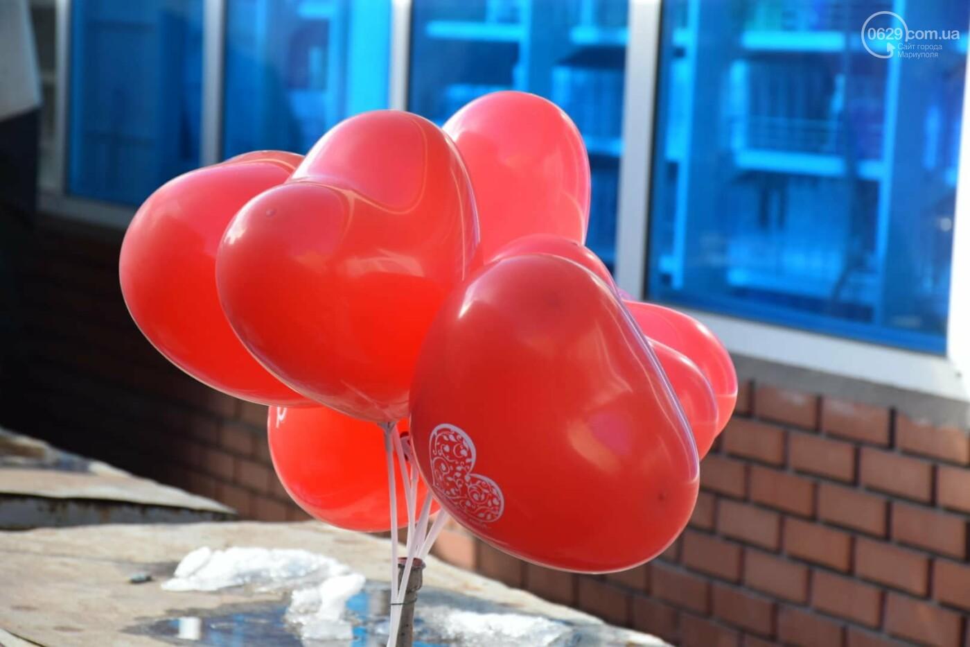 День Святого Валентина в Мариуполе: цветы, шары и мужчины-романтики, - ФОТОРЕПОРТАЖ, фото-32