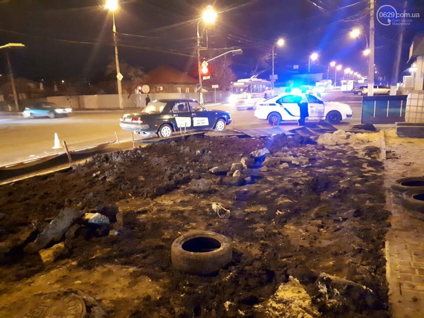 В Мариуполе конструкция, ограждающая коллектор, упала на автомобиль, - ФОТО, фото-5