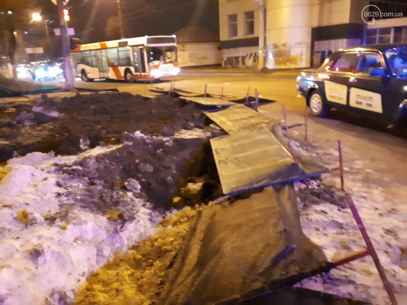 В Мариуполе конструкция, ограждающая коллектор, упала на автомобиль, - ФОТО, фото-4