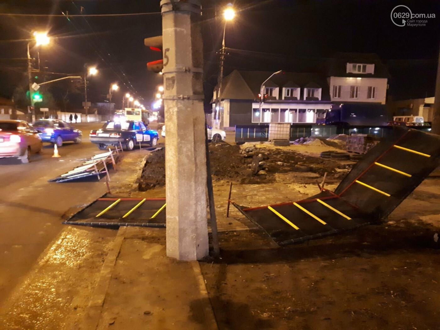 В Мариуполе конструкция, ограждающая коллектор, упала на автомобиль, - ФОТО, фото-3