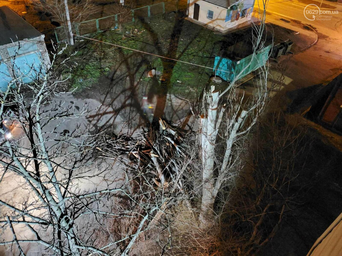 В Мариуполе спасатели убрали опасное дерево, - ФОТО, фото-13